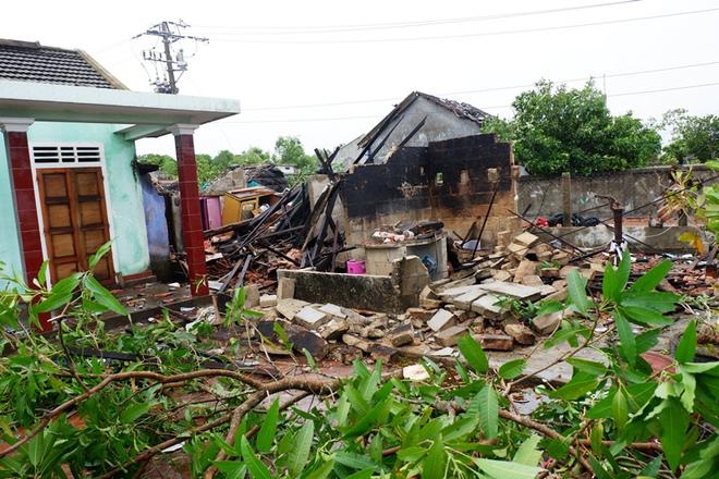 Bão số 5: Gió bão mạnh quật ngã hàng loạt người đi xe máy ở TP Huế - Ảnh 6.