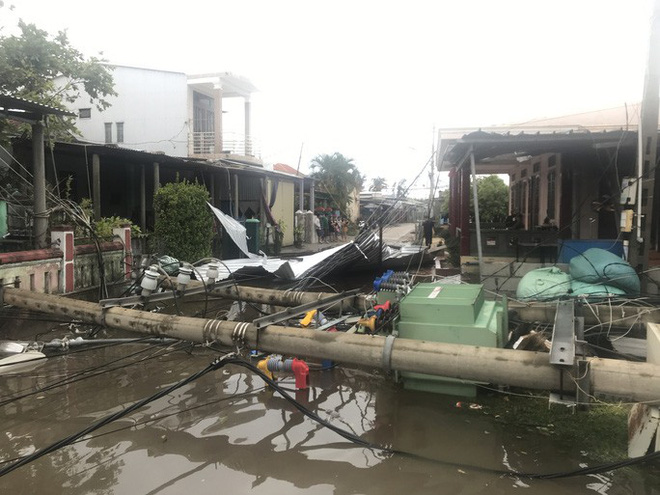 Bão số 5: Gió bão mạnh quật ngã hàng loạt người đi xe máy ở TP Huế - Ảnh 7.