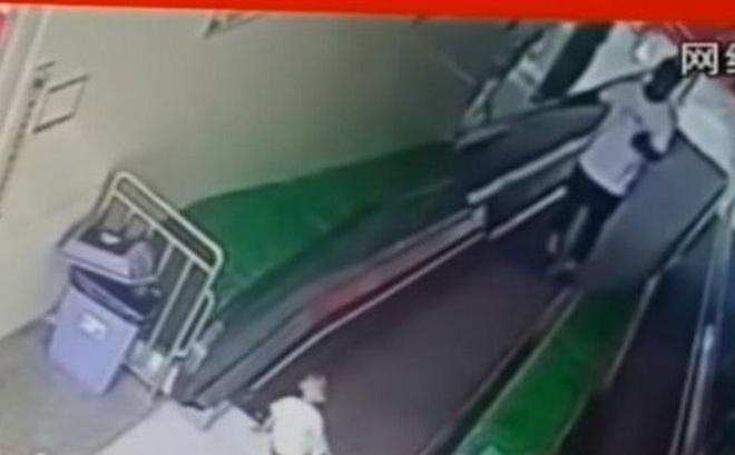 Video: Con bị mắc kẹt trong thang cuốn, bố vẫn mải mê bấm điện thoại gây phẫn nộ