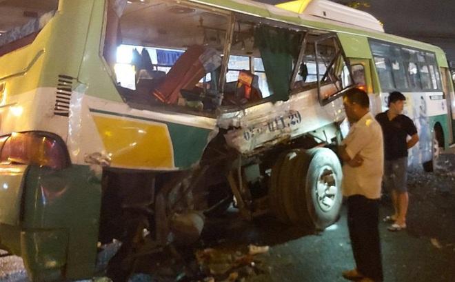 Ô tô tải đâm ngang hông xe buýt ở Long An, 20 hành khách được đưa vào bệnh viện - Ảnh 1.