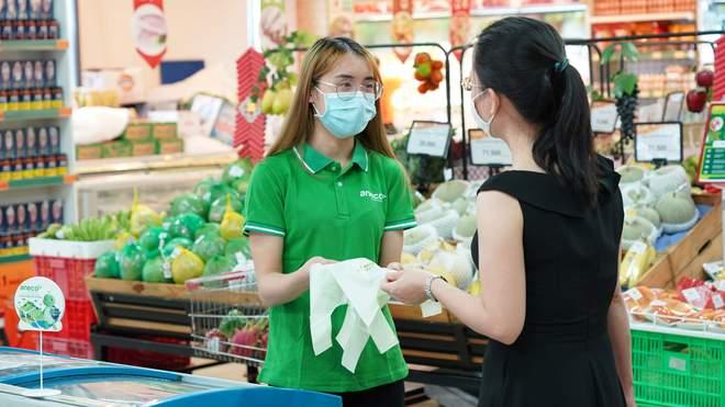 Hàng ngàn túi sinh học thân thiện môi trường tặng khách hàng tại siêu thị Hà Nội - Ảnh 1.