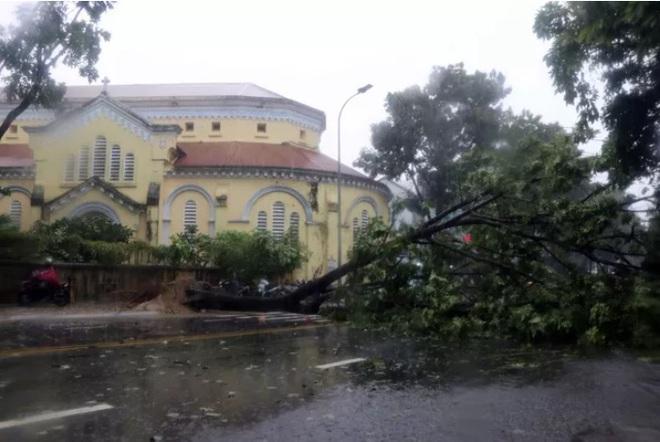 Bão số 5: Gió bão mạnh quật ngã hàng loạt người đi xe máy ở TP Huế - Ảnh 4.