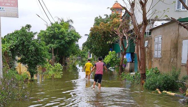 Sau bão, nhiều hộ dân vẫn bị cô lập trong biển nước, cột viễn thông cao cả trăm mét bị xô đổ - Ảnh 13.