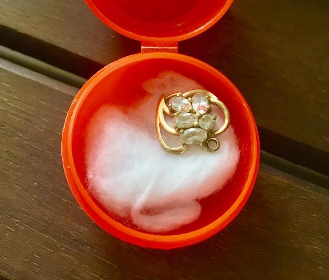 Xúc động vì mẹ bán hết trang sức để lo việc nhà chỉ giữ mặt dây chuyền vàng của mình, cô gái sốc khi biết sự thật - Ảnh 1.