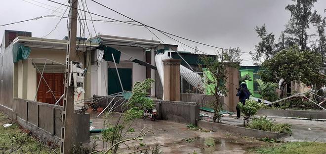 Sau bão, nhiều hộ dân vẫn bị cô lập trong biển nước, cột viễn thông cao cả trăm mét bị xô đổ - Ảnh 16.