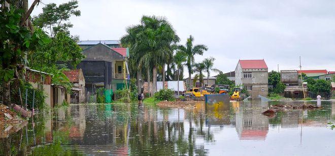 Sau bão, nhiều hộ dân vẫn bị cô lập trong biển nước, cột viễn thông cao cả trăm mét bị xô đổ - Ảnh 12.