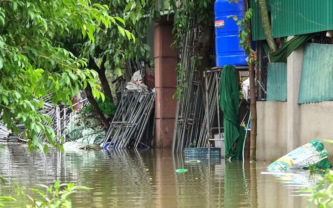 Sau bão, nhiều hộ dân vẫn bị cô lập trong biển nước, cột viễn thông cao cả trăm mét bị xô đổ - Ảnh 14.