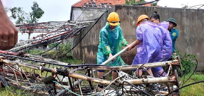 Sau bão, nhiều hộ dân vẫn bị cô lập trong biển nước, cột viễn thông cao cả trăm mét bị xô đổ - Ảnh 18.