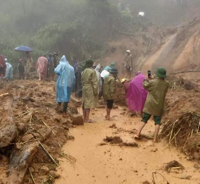 Cơn bão số 5: Sạt lở đất sau bão vùi lấp đàn trâu 8 con ở Nghệ An - Ảnh 1.