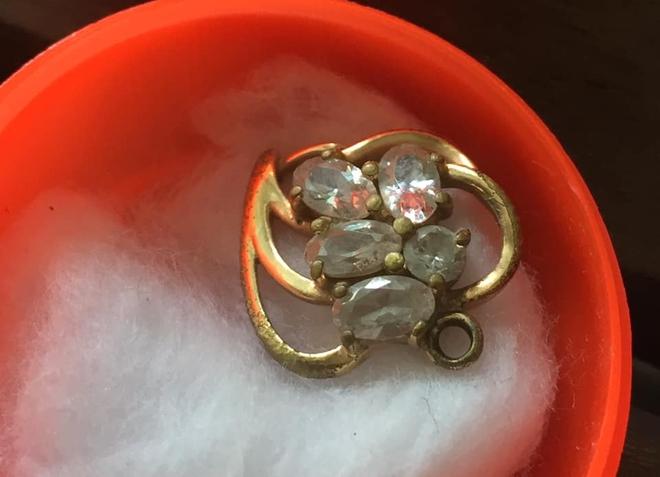 Xúc động vì mẹ bán hết trang sức để lo việc nhà chỉ giữ mặt dây chuyền vàng của mình, cô gái sốc khi biết sự thật - Ảnh 3.