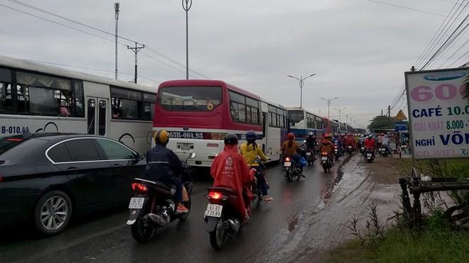 Quốc lộ 1 tắc gần 2km sau vụ tai nạn chết người - Ảnh 2.