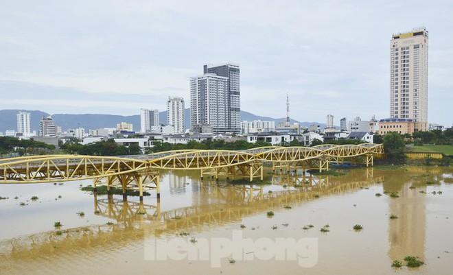 Độc đáo hình ảnh cây cầu ở Đà Nẵng biến hình cho thuyền lưu thông - Ảnh 1.
