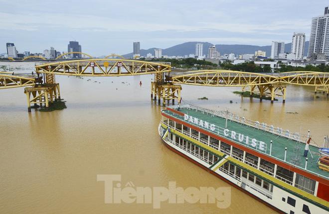 Độc đáo hình ảnh cây cầu ở Đà Nẵng biến hình cho thuyền lưu thông - Ảnh 2.