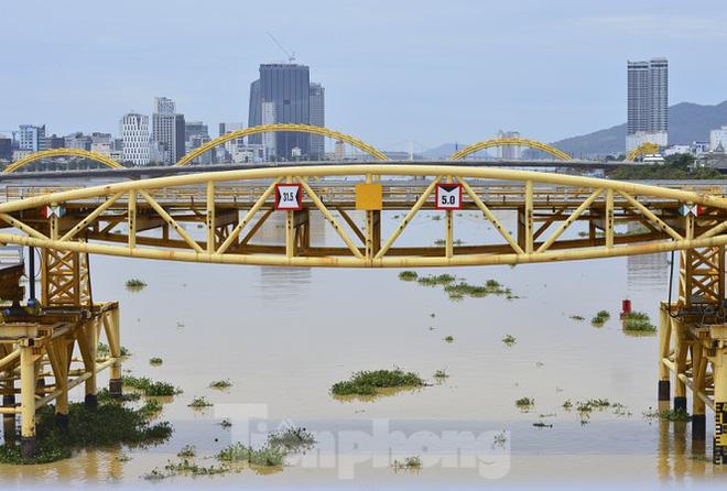 Độc đáo hình ảnh cây cầu ở Đà Nẵng biến hình cho thuyền lưu thông - Ảnh 3.