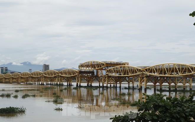Độc đáo hình ảnh cây cầu ở Đà Nẵng biến hình cho thuyền lưu thông - Ảnh 4.