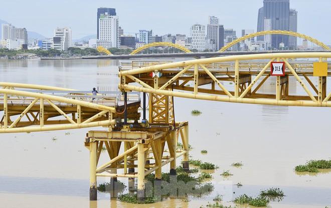 Độc đáo hình ảnh cây cầu ở Đà Nẵng biến hình cho thuyền lưu thông - Ảnh 5.