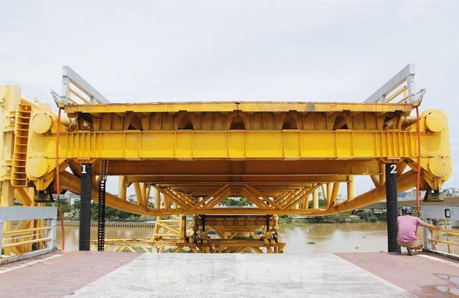 Độc đáo hình ảnh cây cầu ở Đà Nẵng biến hình cho thuyền lưu thông - Ảnh 6.