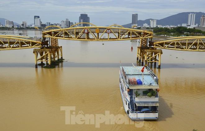 Độc đáo hình ảnh cây cầu ở Đà Nẵng biến hình cho thuyền lưu thông - Ảnh 7.