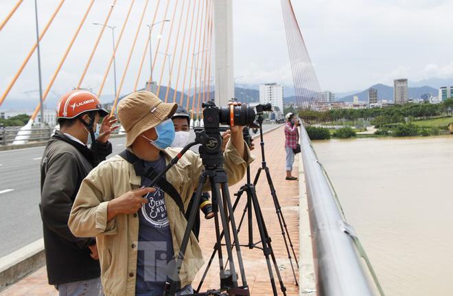 Độc đáo hình ảnh cây cầu ở Đà Nẵng biến hình cho thuyền lưu thông - Ảnh 8.