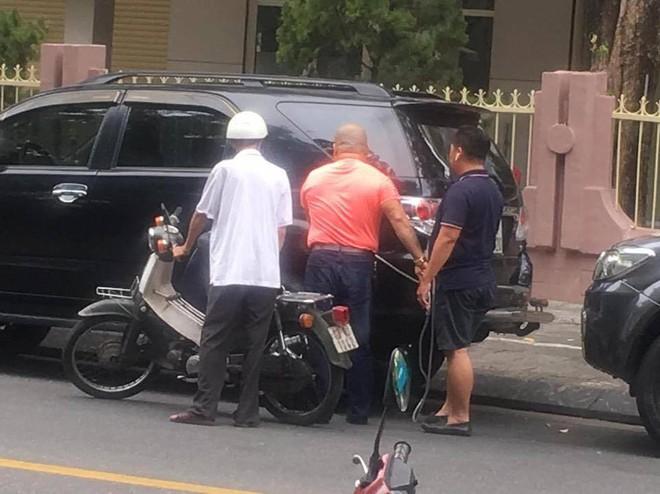 Cụ già nặng nhọc dắt bộ chiếc xe dọc đường và câu hỏi xua tan phiền muộn từ 2 người đàn ông xa lạ - Ảnh 2.