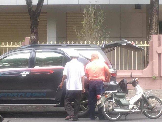 Cụ già nặng nhọc dắt bộ chiếc xe dọc đường và câu hỏi xua tan phiền muộn từ 2 người đàn ông xa lạ - Ảnh 3.