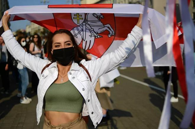 7 ngày qua ảnh: Cô gái tham gia biểu tình ở thủ đô của Belarus - Ảnh 2.