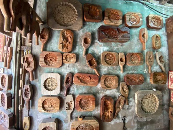 Triết lý 'ngược đời' của người thợ Hà thành 40 năm làm khuôn bánh Trung thu - Ảnh 3.