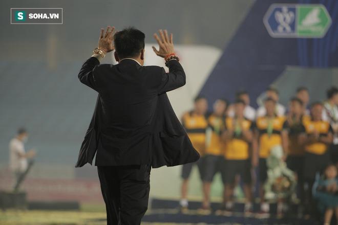 Nhận cúp từ Văn Quyết, bầu Hiển ăn mừng theo cách cực sung khiến cầu thủ Hà Nội bất ngờ - Ảnh 5.