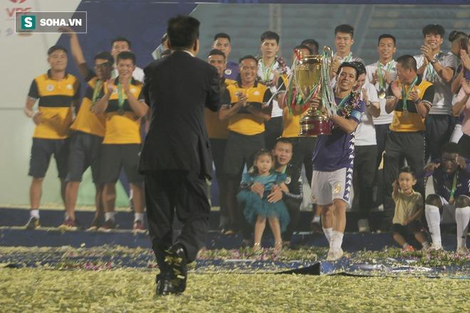 Nhận cúp từ Văn Quyết, bầu Hiển ăn mừng theo cách cực sung khiến cầu thủ Hà Nội bất ngờ - Ảnh 6.