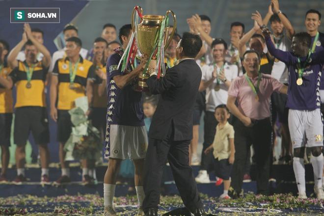 Nhận cúp từ Văn Quyết, bầu Hiển ăn mừng theo cách cực sung khiến cầu thủ Hà Nội bất ngờ - Ảnh 7.