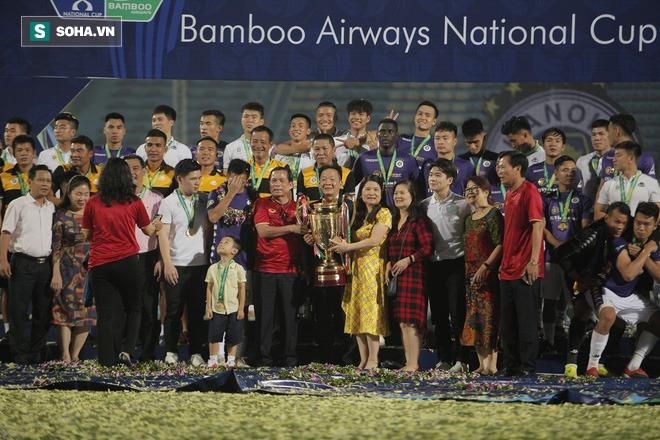 Nhận cúp từ Văn Quyết, bầu Hiển ăn mừng theo cách cực sung khiến cầu thủ Hà Nội bất ngờ - Ảnh 9.