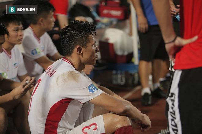 Nhận cúp từ Văn Quyết, bầu Hiển ăn mừng theo cách cực sung khiến cầu thủ Hà Nội bất ngờ - Ảnh 3.
