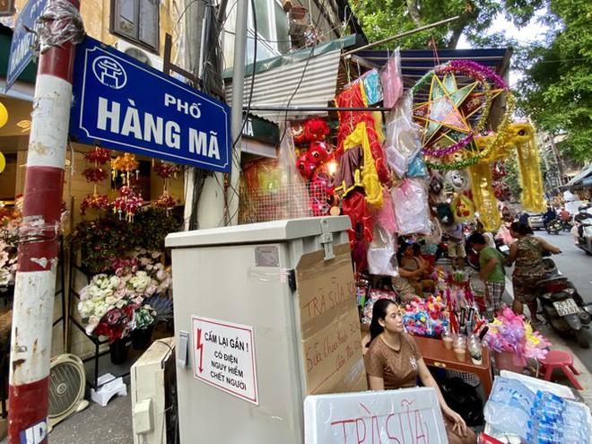 Xem nhiều mua ít, tiểu thương phố Hàng Mã thu phí chụp ảnh để bù lỗ - Ảnh 1.