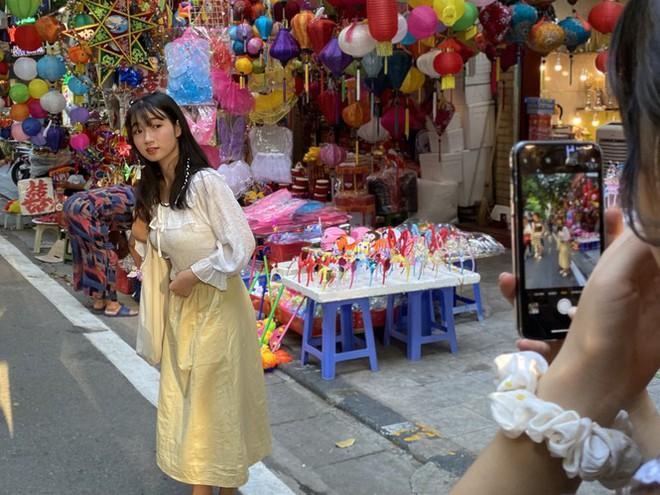 Xem nhiều mua ít, tiểu thương phố Hàng Mã thu phí chụp ảnh để bù lỗ - Ảnh 9.