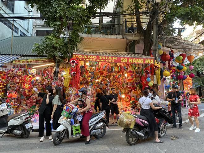 Xem nhiều mua ít, tiểu thương phố Hàng Mã thu phí chụp ảnh để bù lỗ - Ảnh 8.