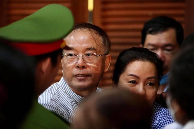 Hình ảnh, tình tiết đáng chú ý ở phiên tòa xét xử ông Nguyễn Thành Tài và bà chủ Hoa Tháng Năm - Ảnh 3.