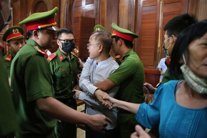 Hình ảnh, tình tiết đáng chú ý ở phiên tòa xét xử ông Nguyễn Thành Tài và bà chủ Hoa Tháng Năm - Ảnh 6.