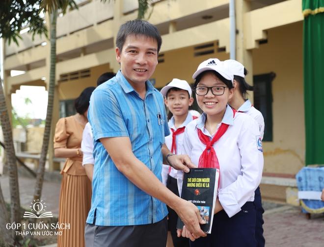 Trao tặng sách trên quê hương danh nhân văn hóa Vũ Diệm - Ảnh 8.