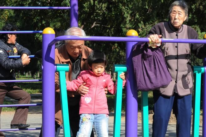 Công nghệ AI của Trung Quốc cho thấy con người già đi nhanh nhất trong độ tuổi 40 - Ảnh 1.
