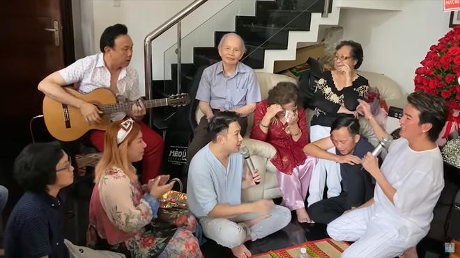 Mẹ Hoài Linh bật khóc trước hành động của Đàm Vĩnh Hưng - Ảnh 4.
