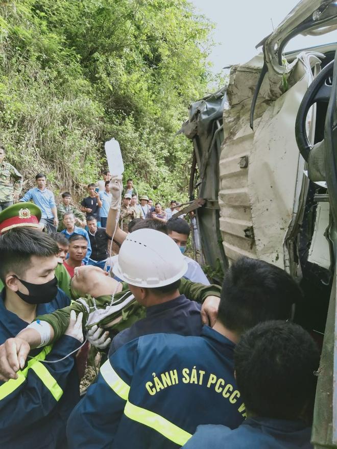 Xe tải lao vào ta luy khiến 2 người bị thương, chết 7 con trâu - Ảnh 1.
