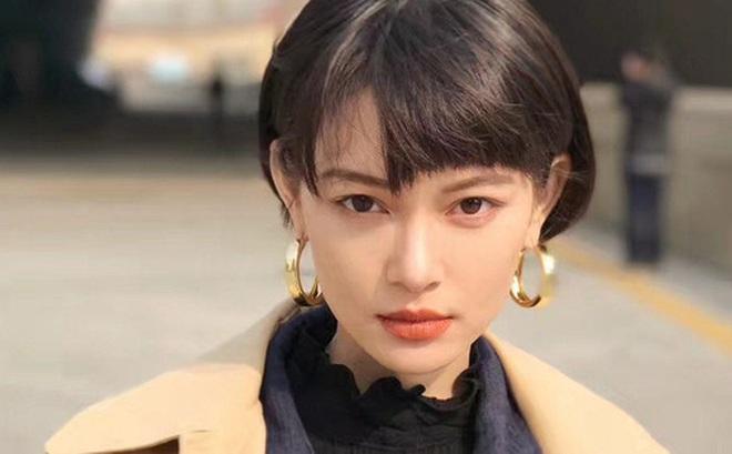 Cô bạn có số làm hot girl khi sở hữu gương mặt vừa giống Lisa (BLACKPINK) lại na ná Địch Lệ Nhiệt Ba