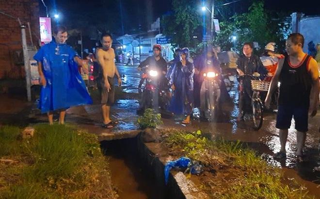 Mưa lớn, 1 người dân đi bộ rớt xuống cống thoát nước bị cuốn mất tích ở Đồng Nai