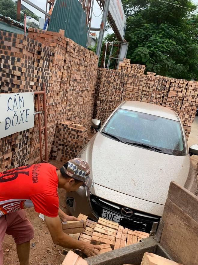 Đỗ xe gần đống gạch, khi quay trở lại chủ Mazda tiền đình vì nghĩ cách tìm lối thoát - Ảnh 1.