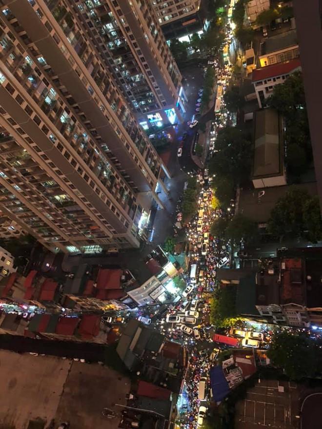 Đặc sản Hà Nội trong ngày mưa nhìn từ trên cao: Ngã tư kẹt cứng, cảm giác không lối thoát - Ảnh 4.