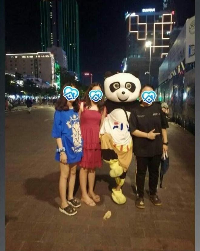 Chàng trai mặc đồ thú rủ 4 cô gái chụp hình ở phố đi bộ nhưng câu chốt hạ khiến tất cả tức anh ách - Ảnh 1.