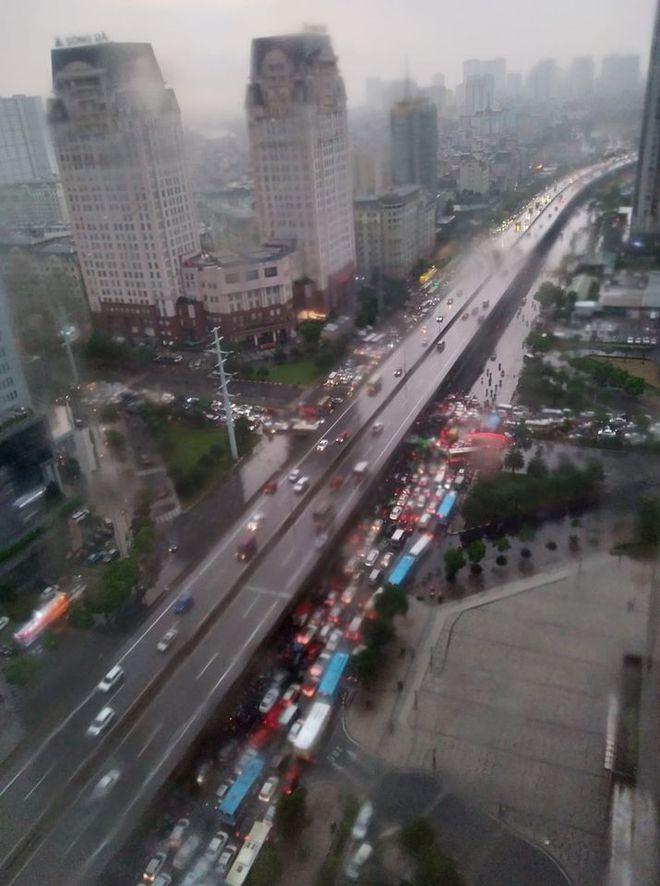 Đặc sản Hà Nội trong ngày mưa nhìn từ trên cao: Ngã tư kẹt cứng, cảm giác không lối thoát - Ảnh 3.