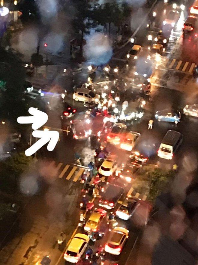 Đặc sản Hà Nội trong ngày mưa nhìn từ trên cao: Ngã tư kẹt cứng, cảm giác không lối thoát - Ảnh 6.