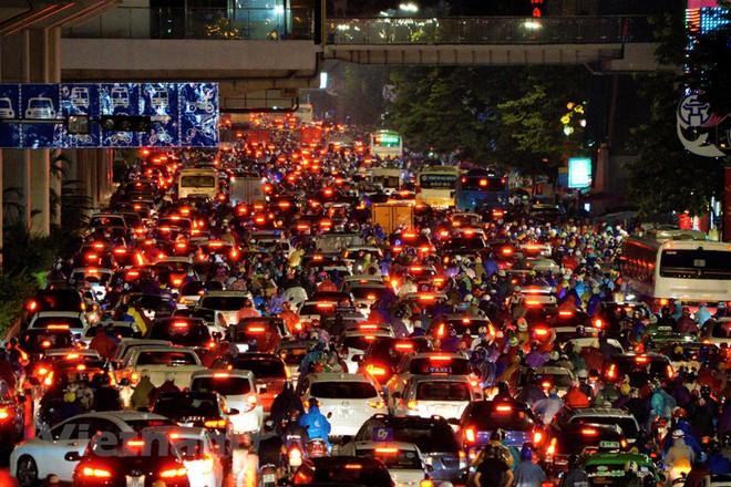 [ẢNH] Cơn mưa lớn kéo dài, người dân Hà Nội chôn chân vì tắc đường kinh hoàng - Ảnh 1.