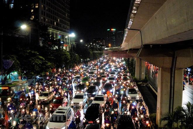 [ẢNH] Cơn mưa lớn kéo dài, người dân Hà Nội chôn chân vì tắc đường kinh hoàng - Ảnh 2.